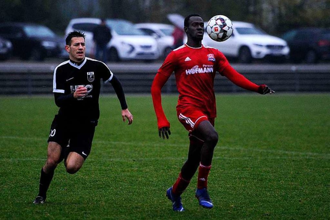 Perfekt den Ball annehmen und dem Gegn...ich beim FV Langenwinkel Fußball  vor.    Foto: Pressebüro Schaller