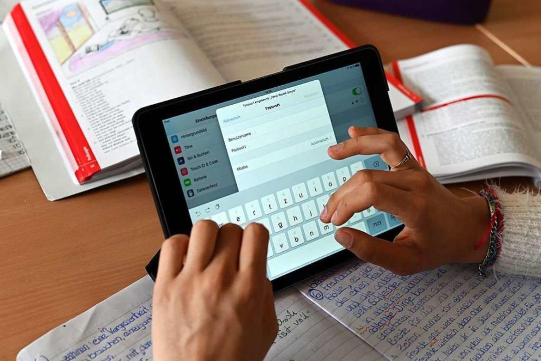 Realschüler einer zehnten Klasse der G...n einer Unterrichtsstunde mit Tablets.  | Foto: Uli Deck (dpa)