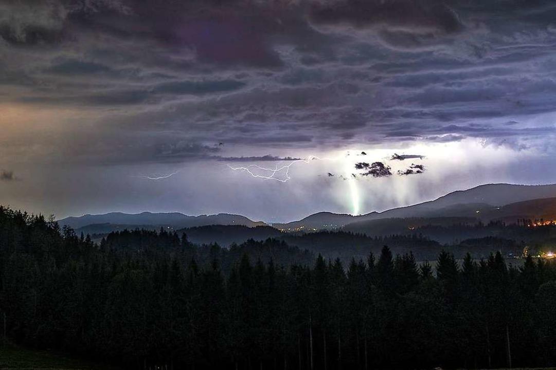 Blitz und Donner über dem Schwarzwald....enommen auf dem Thurner in St. Märgen.  | Foto: Johannes Schlegel