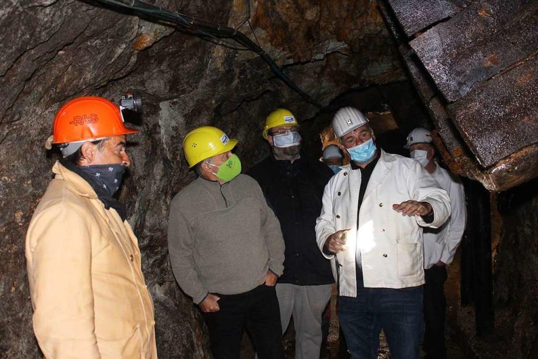 Vertreter des Bergmannsvereins führen ...(zweiter von links) durch den Stollen.    Foto: Martin Klabund