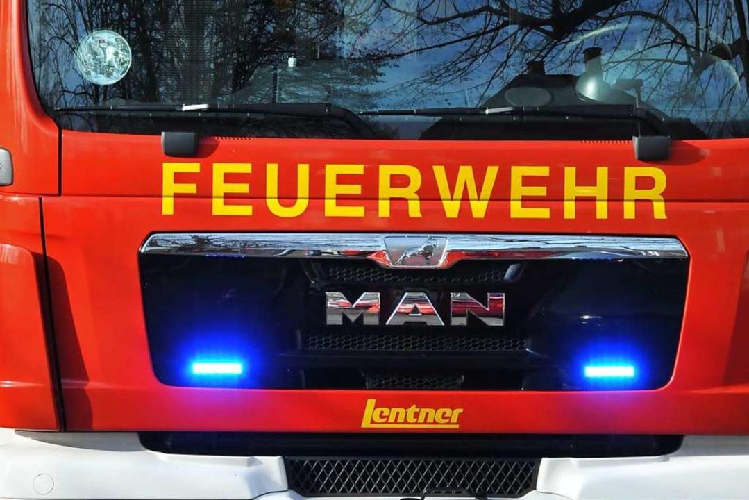 Die Feuerwehr ist auf der A5 zwischen ...brennenden Sattelauflieger zu löschen.    Foto: Helmut Seller