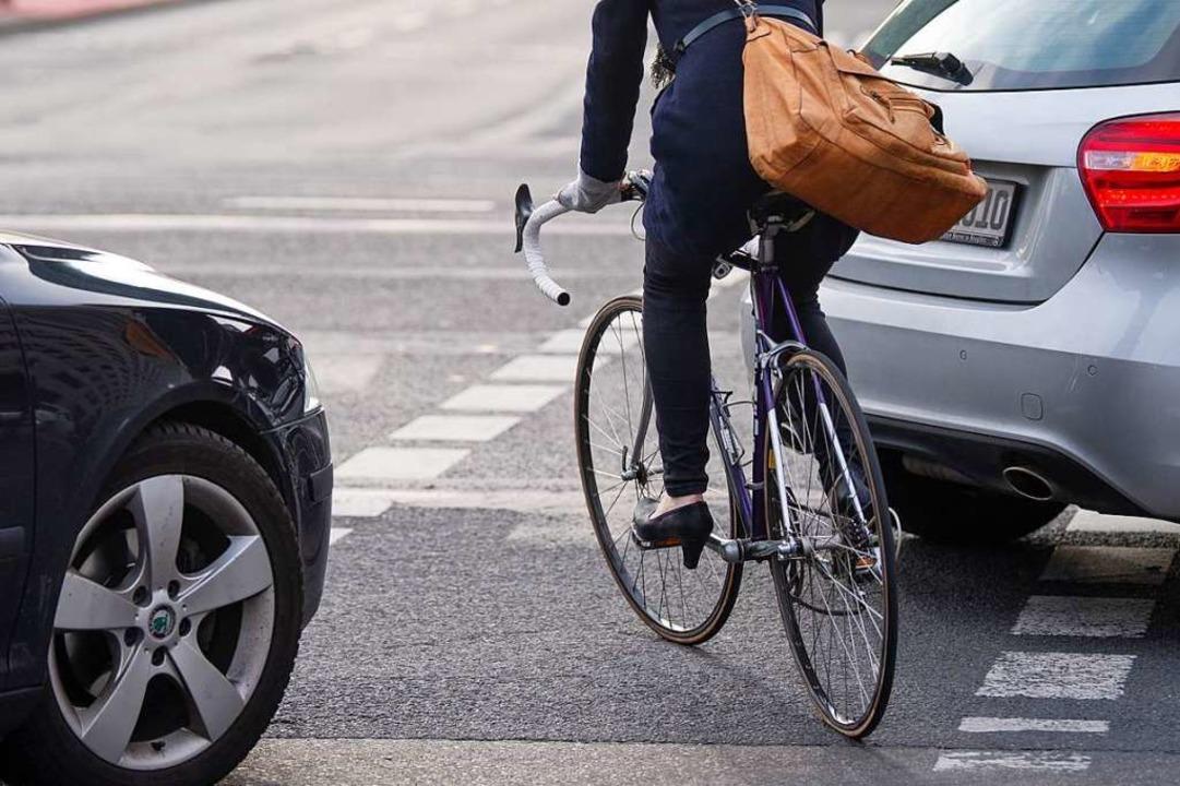 Die Polizei sucht Zeugen, weil ein Radfahrer geschlagen wurde. (Symbolfoto)  | Foto: Monika Skolimowska (dpa)