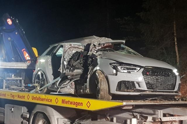 25-Jähriger prallt mit Sportwagen und einem Promille auf Baum – Beifahrer stirbt