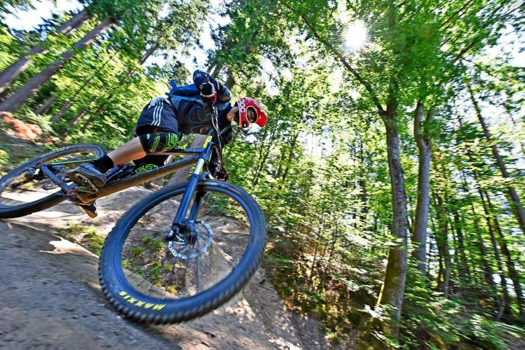 Ein Mountainbiker auf dem Trail beim Schlossberg.  | Foto: Michael Bamberger