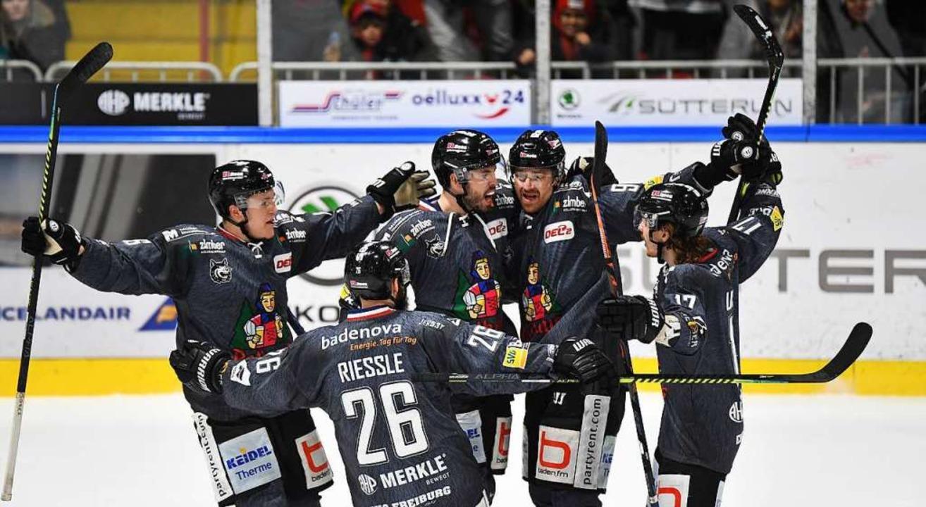 Müssen mit dem Jubeln mindestens bis z...r warten: die Spieler des EHC Freiburg  | Foto: Achim Keller