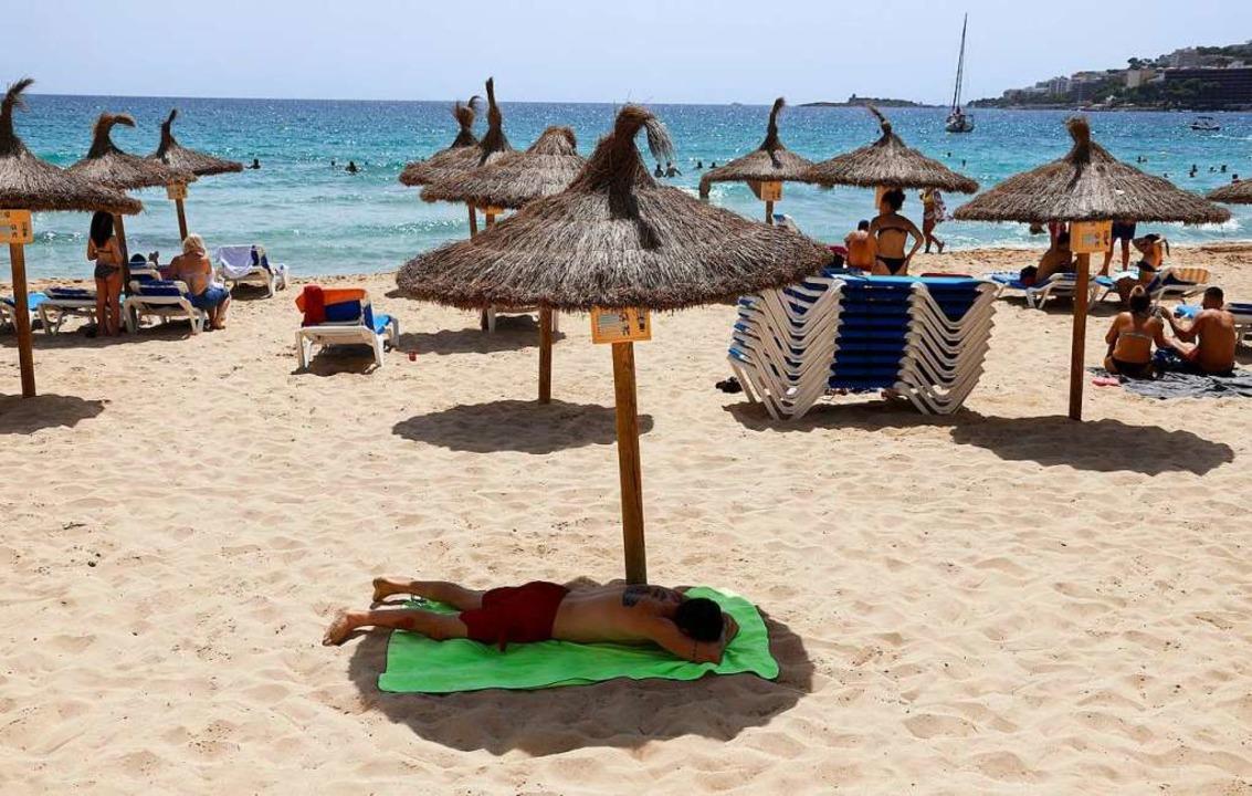 Ein fast leerer Strand auf Mallorca  | Foto: Clara Margais (dpa)