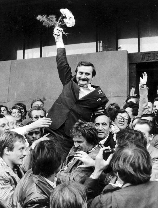 September 1980: Nach der Unterzeichnun...r Regierung wird Lech Walesa gefeiert.  | Foto: imago stock&people via www.imago-images.de