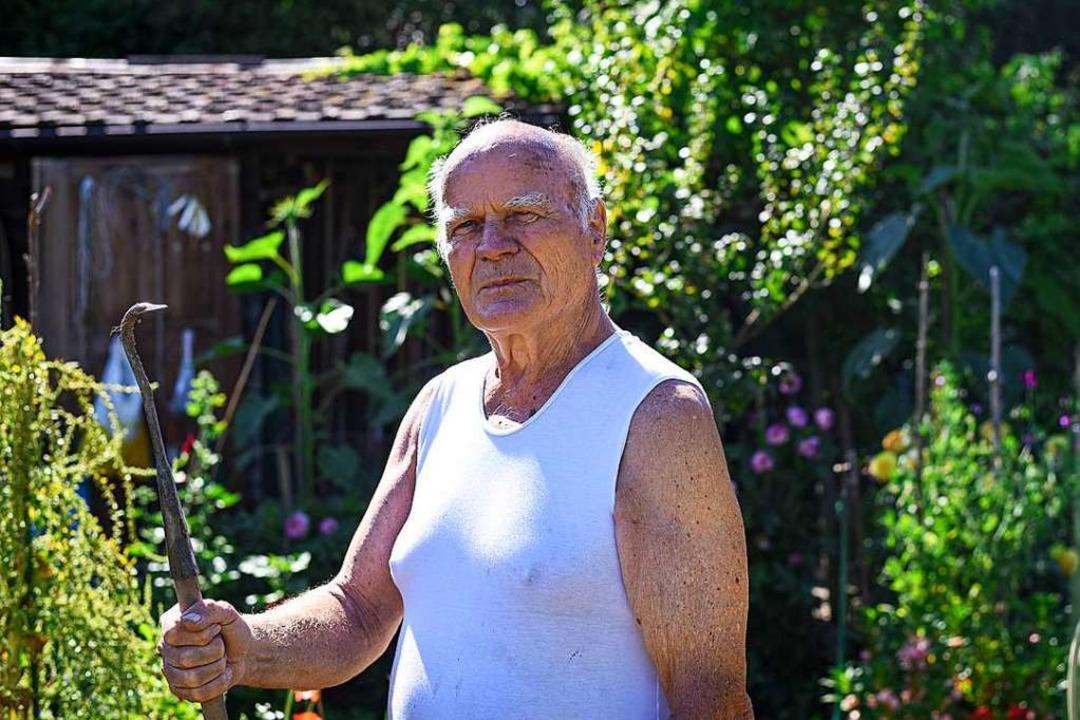 Fritz Knuchel in seinem Outdoor-Fitnes... der Freizeitgartenareal Spitalmatten.    Foto: Jonas Hirt