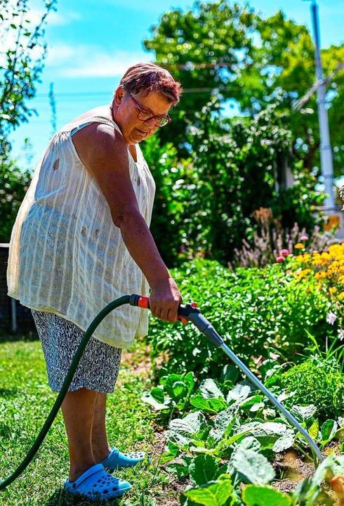 Elisabeth Stauffer wässert ihre Pflanzen.    Foto: Jonas Hirt