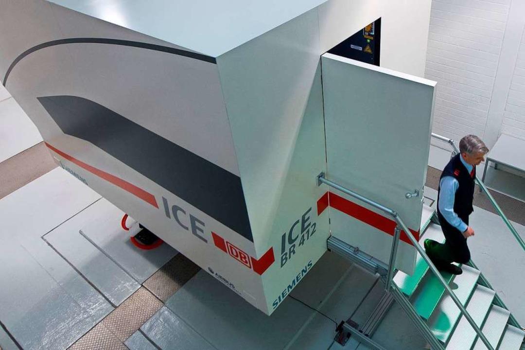 Am Simulator trainieren angehende Lokf...gespräche bei der Bahn online geführt.  | Foto: Swen Pförtner
