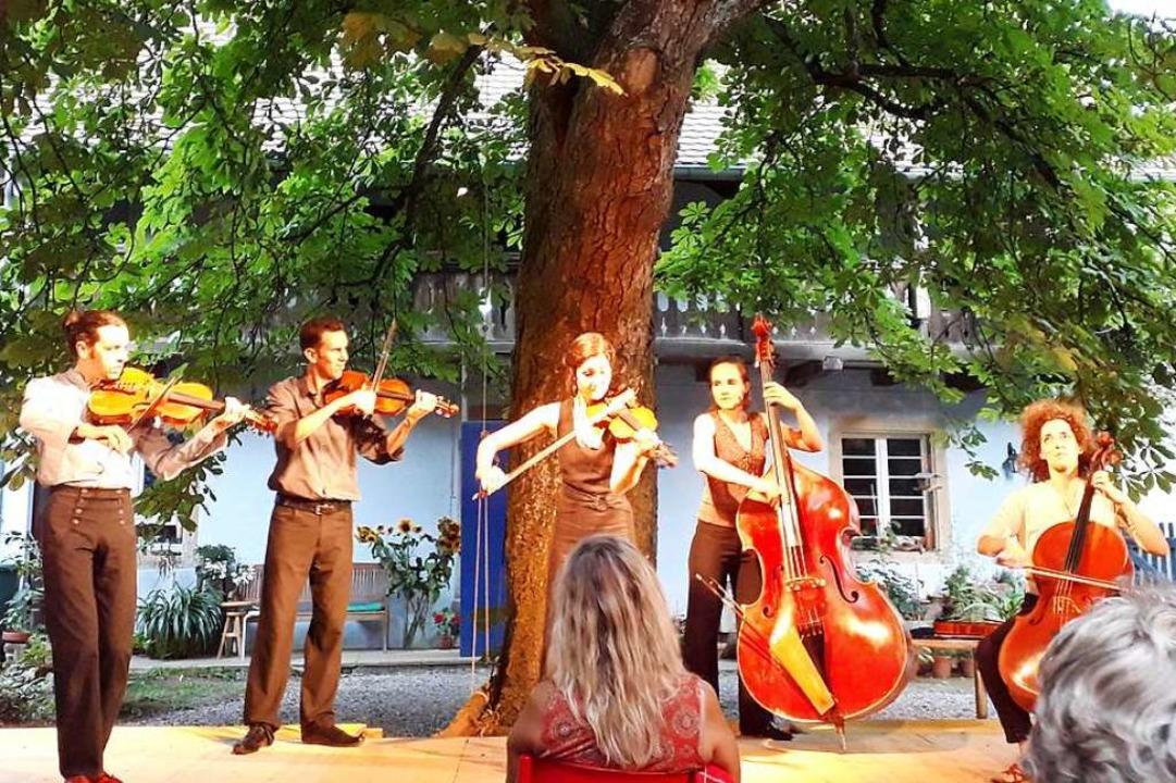 Das Quintett Bumbac unter der Kastanie im Theater im Hof  | Foto: Hannes Lauber