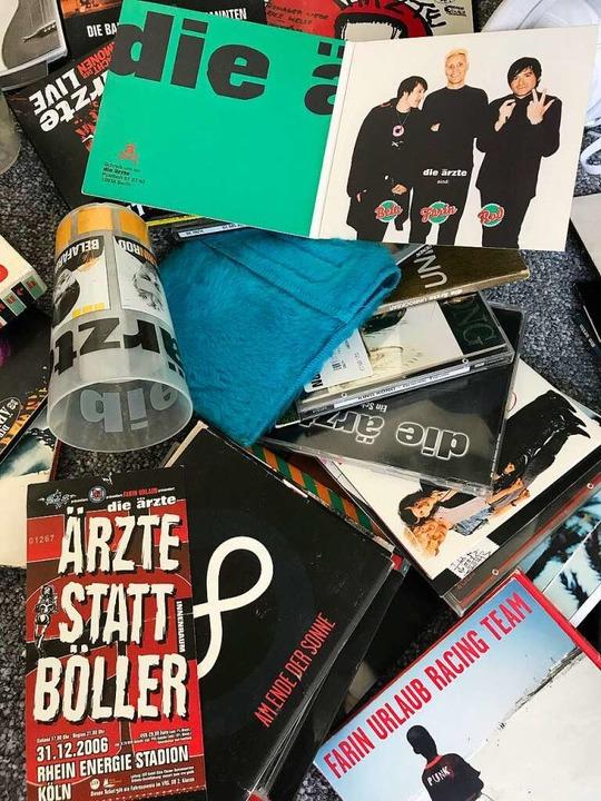 CDs, Festivalbecher, Eintrittskarten, ...; Aljosha Konter hat alles aufbewahrt.  | Foto: Nina Witwicki