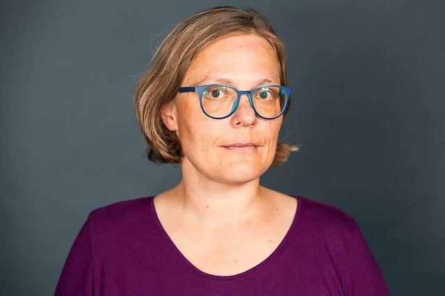 URTEILSPLATZ: Locken, Brille, Mundschutz
