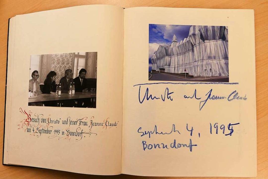 Der weltberühmte Künstler Christo und ...h im Goldenen Buch der Stadt Bonndorf.  | Foto: Stefan Limberger-Andris