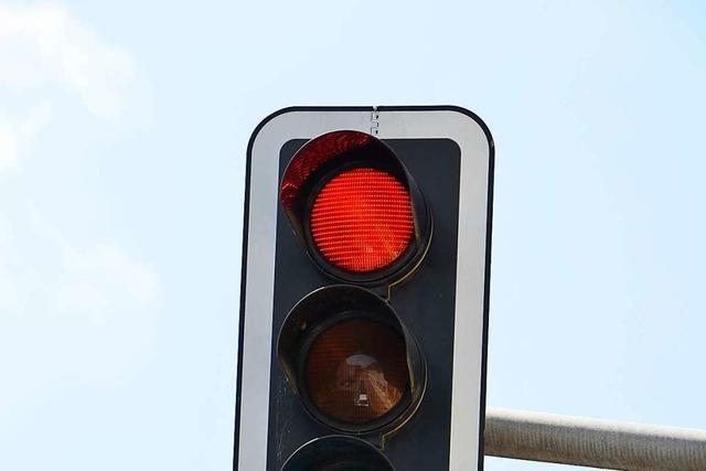 Autofahrerin ignoriert rote Ampel in Freiburg – Polizei sucht Zeugin