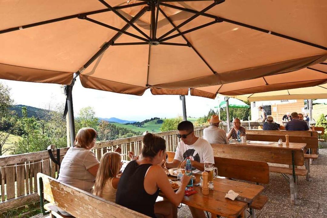 Mehr geht nicht: Gäste in corona-konfo...r Sonnenterrasse der Holzschlägermatte    Foto: Rita Eggstein