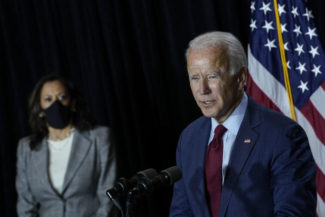 Biden (rechts) und seine Vize-Kandidatin Harris.  | Foto: Drew Angerer (AFP)