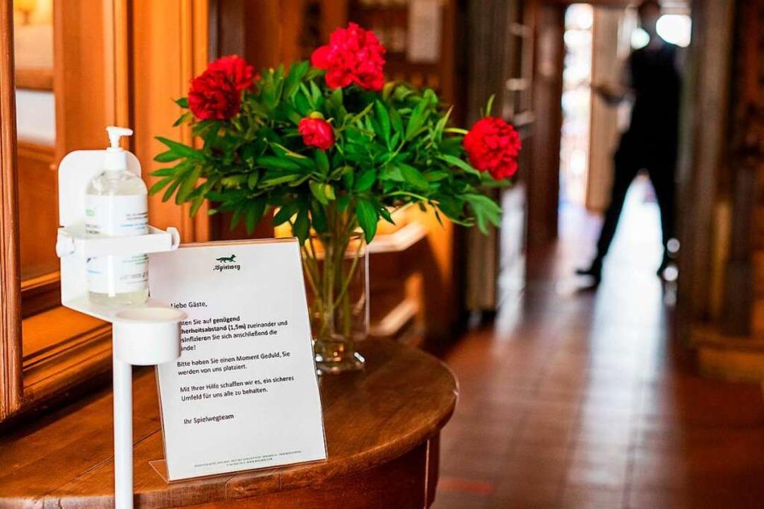 Eine Notiz neben einem Spender für Han...Spielweg auf Sicherheitsmaßnahmen hin.  | Foto: Philipp von Ditfurth