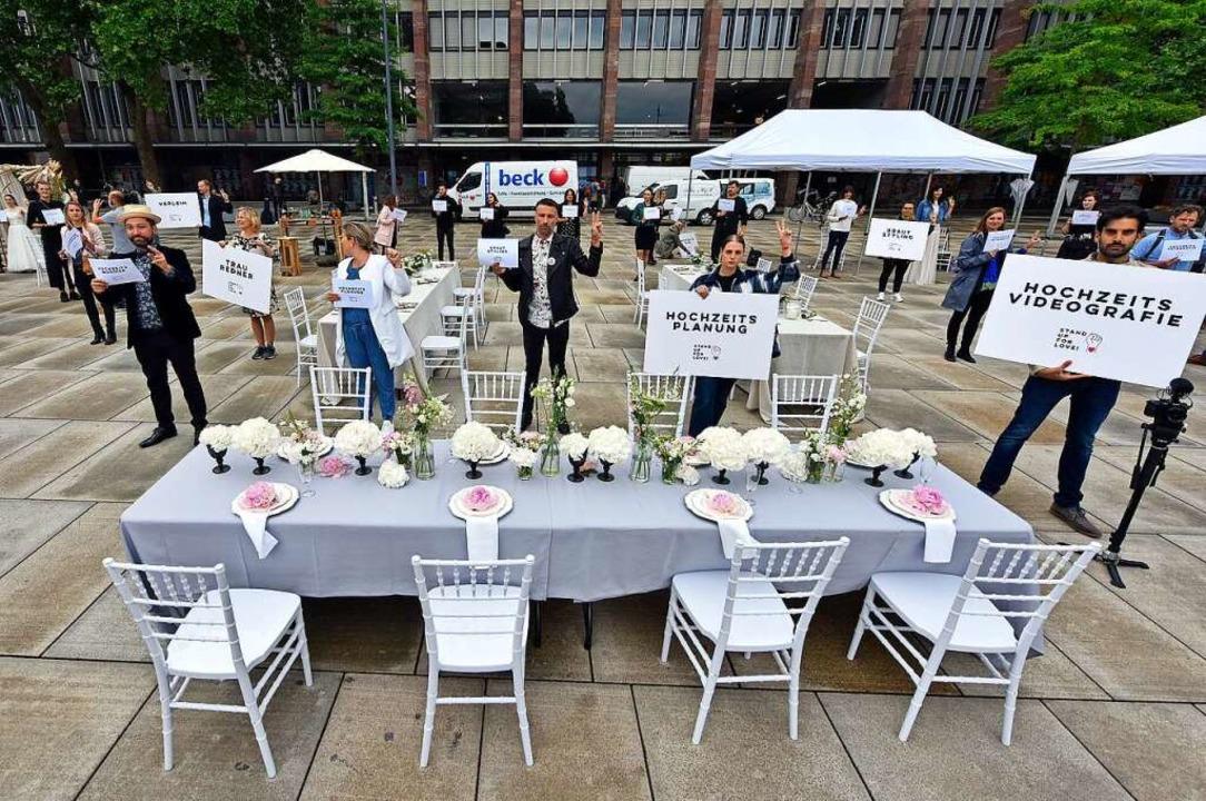 Anfang Juni protestierten Dienstleiste...künftig Hochzeiten stattfinden können.  | Foto: Michael Bamberger