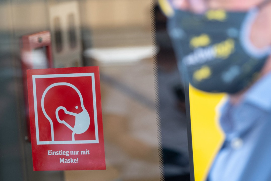 """Einstieg nur mit Maske""  | Foto: Sebastian Gollnow (dpa)"