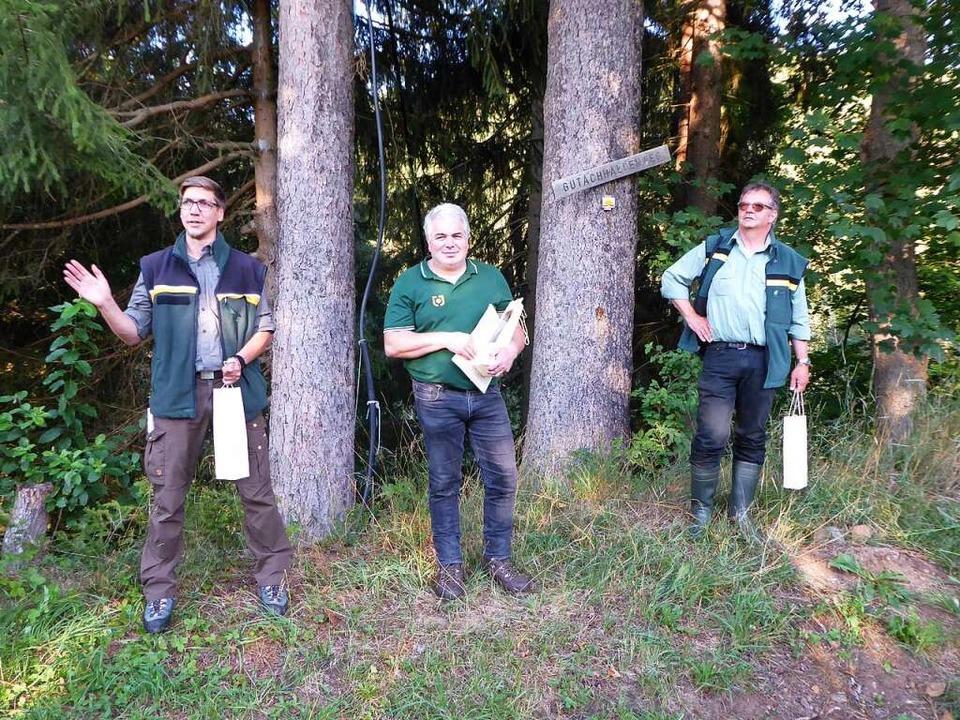 Forstbezirksleiter Lukas Fischer (link...e und Revierförster Andreas Schellbach  | Foto: Peter Stellmach