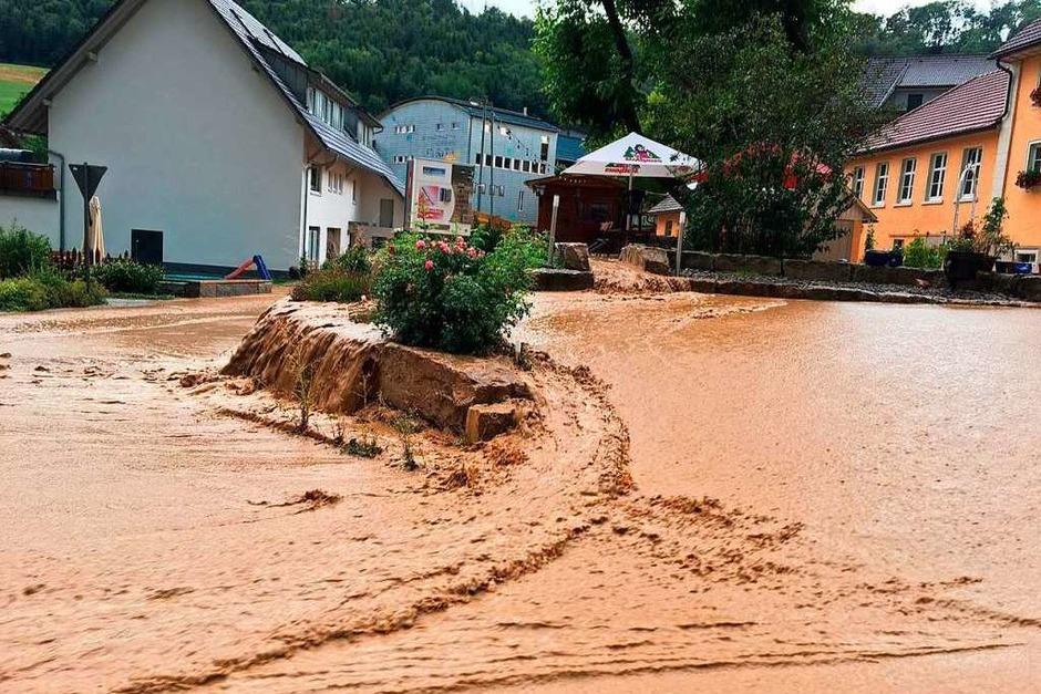 Die Abt-Meister-Straße und der Parkbereich vor dem Gasthaus Hirschen in Lausheim standen komplett unter Wasser. (Foto: Feuerwehr Stühlingen)
