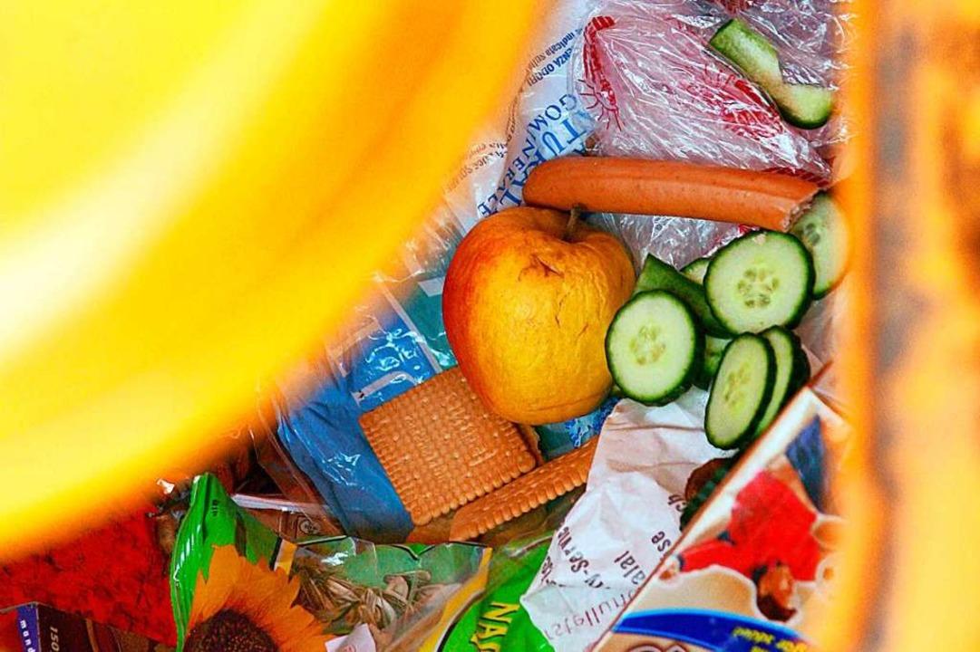 Im Müll landet auch vieles, was noch essbar wäre.    Foto: Frank May