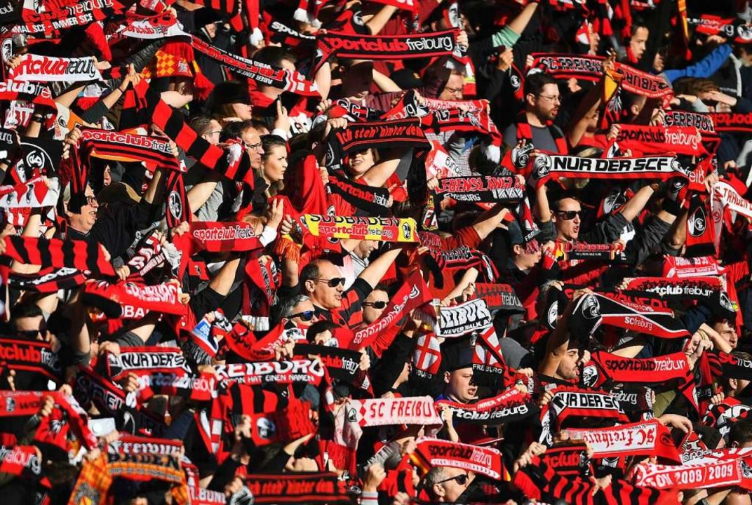 Vor der Corona-Pandemie: SC-Fans im St...-Heimsieg im Februar gegen Hoffenheim.  | Foto: Patrick Seeger (dpa)