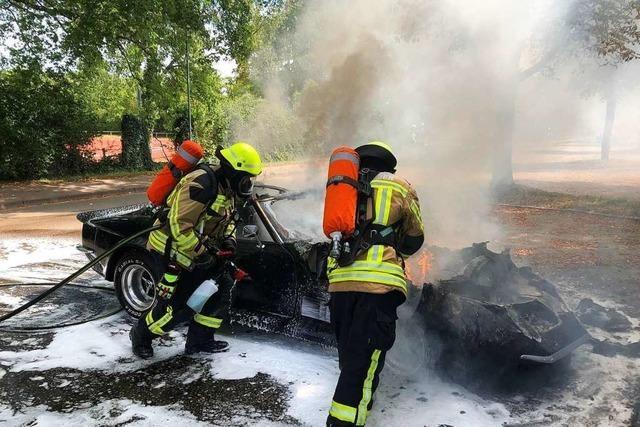 Auto brennt auf dem Parkplatz am Sportfeld völlig aus