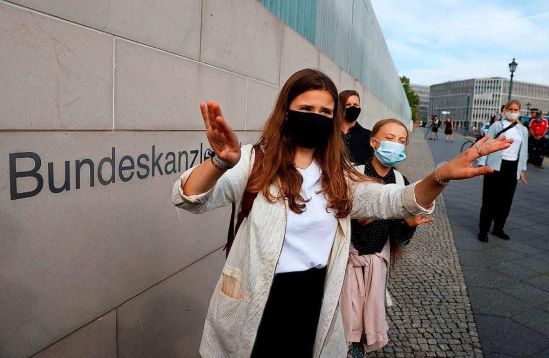 Luisa Neubauer und Greta Thunberg auf dem Weg ins Kanzleramt    Foto: ODD ANDERSEN (AFP)