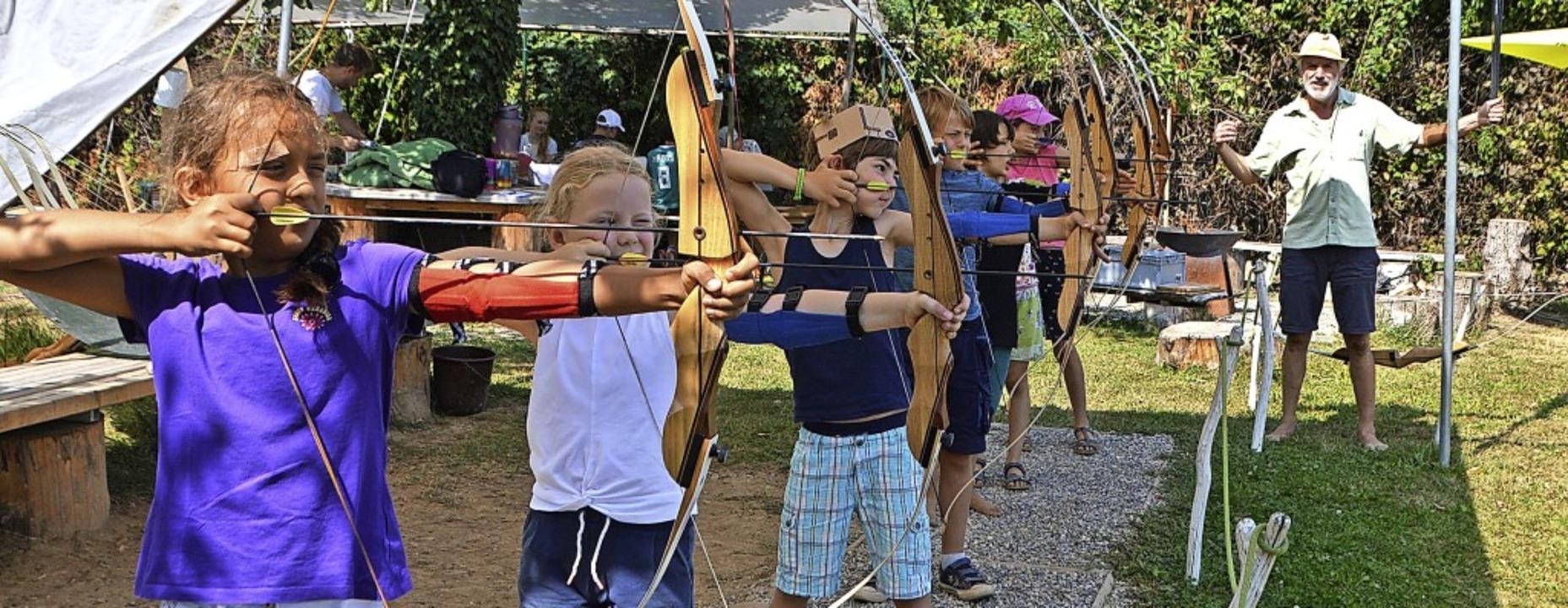 Mit Pfeil und Bogen: Kinder schießen u...eitung von Karl Lay auf Zielscheiben.     Foto: Horatio Gollin