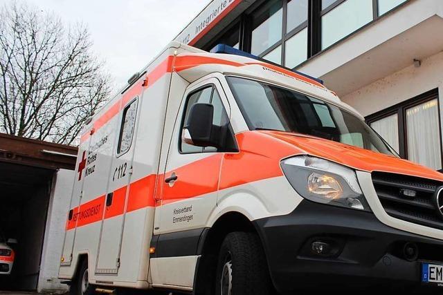 Lastwagen stößt auf der A98 bei Lörrach gegen haltenden Rettungswagen