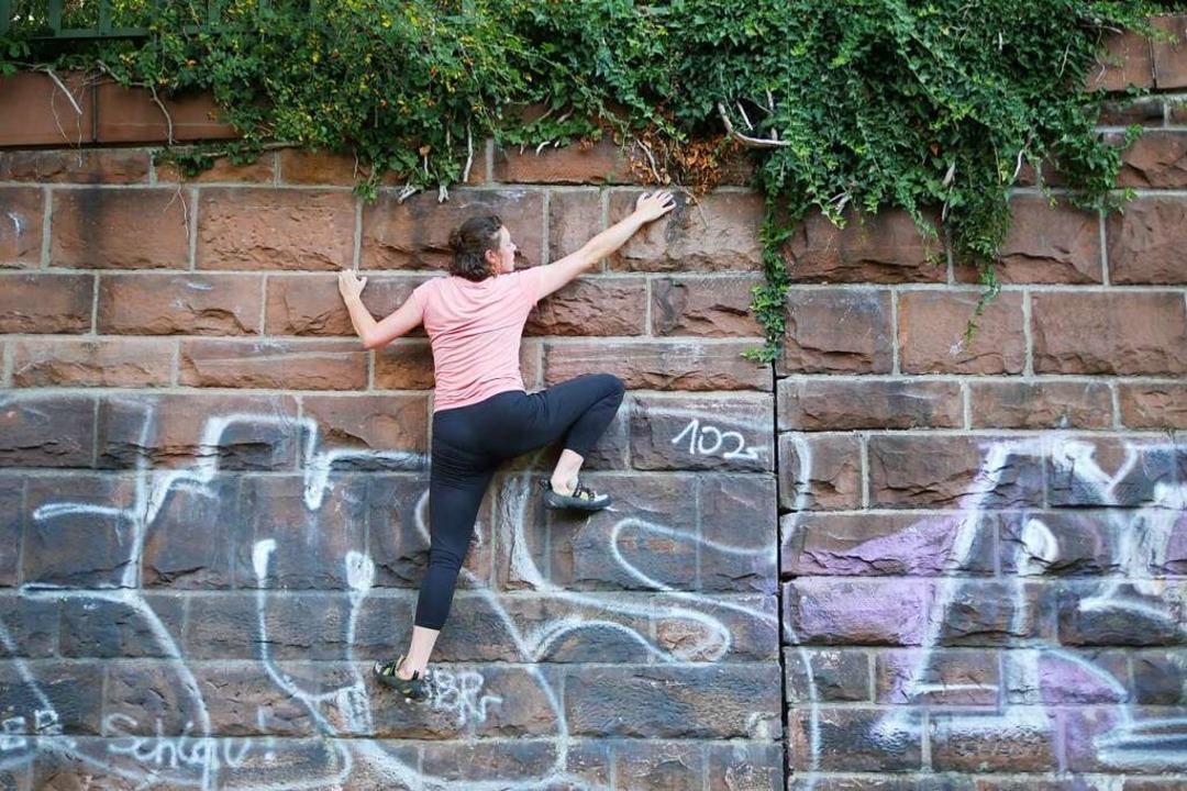 Helen beim Bouldern an der Sandsteinmauer beim Wiehre-Bahnhof.  | Foto: Jannik Jürgens
