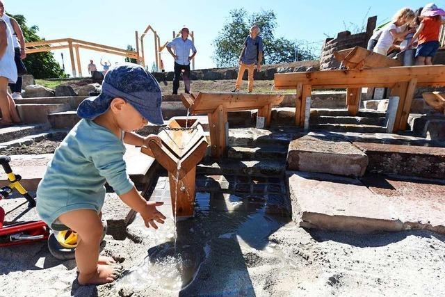 Neuer Wasserspielplatz mit Kletterparcours im Seepark lädt zum Toben ein