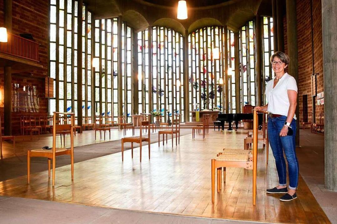 Pfarrerin Gabriele Hartlieb in der Lud...er einzelnen Stühle   gut einzuhalten.  | Foto: Thomas Kunz