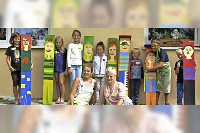 Kinder werden mit Pinsel und Farbe kreativ