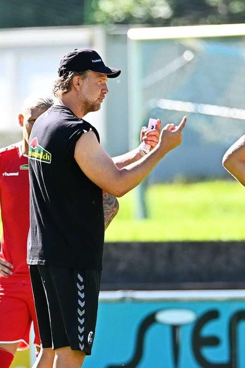 Co-Trainer Lars Voßler erklärt die nächste Übung.    Foto: Achim Keller