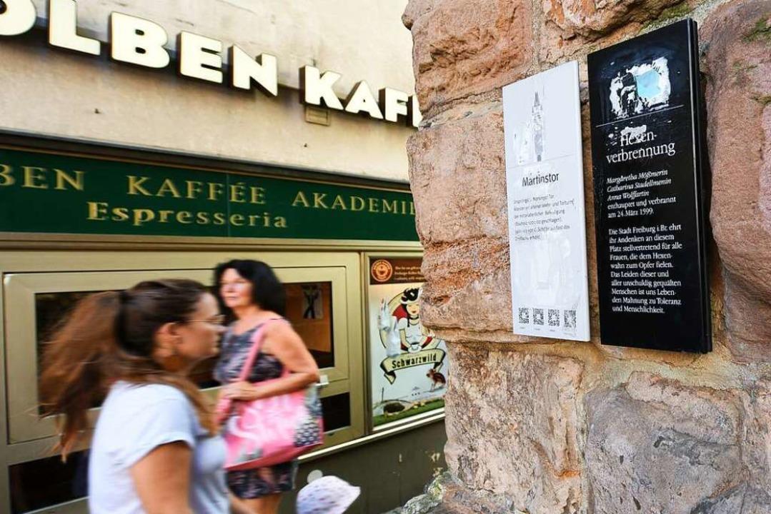 Am Martinstor in Freiburg befindet sic...enannt, die 1599 hingerichtet wurden.   | Foto: Rita Eggstein