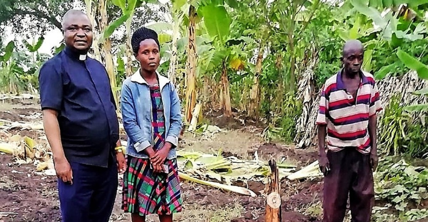 Pater Peter Mubunga Basaliza mit Farmern auf der Bananenplantage    Foto: privat