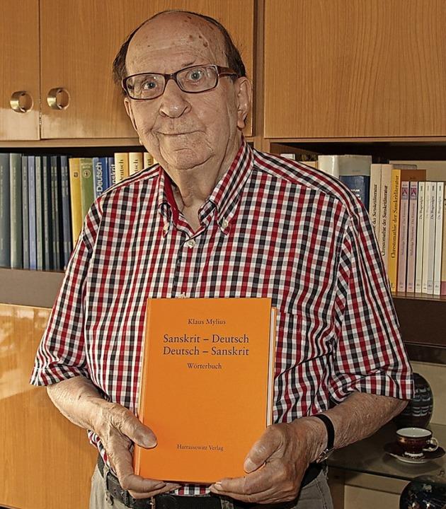 Klaus Mylius mit seinem Standardwörterbuch für die Sprache Sanskrit.  | Foto: Mario Schöneberg
