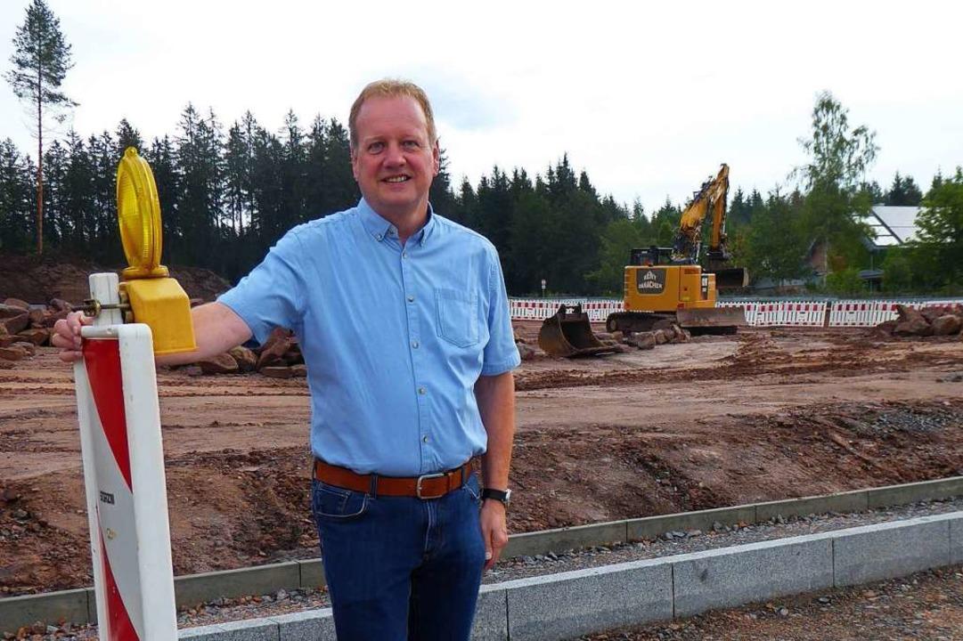 Bürgermeister Karlheinz Rontke vor dem...cher Gewerbegebiet Rütte in Oberbränd.  | Foto: Peter Stellmach