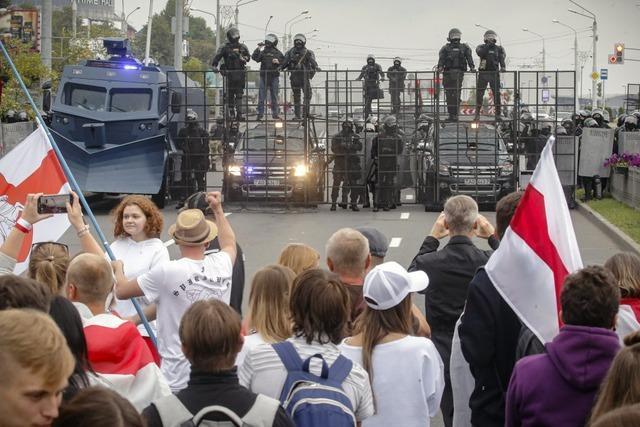 Großdemo gegen Lukaschenko in Minsk – Militär schützt Präsidentenpalast
