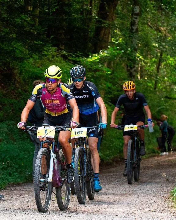 Mächtig Druck auf dem Pedal, aber zwei...Schelb (links) im Wald bei Buckenried.    Foto: Wolfgang Scheu