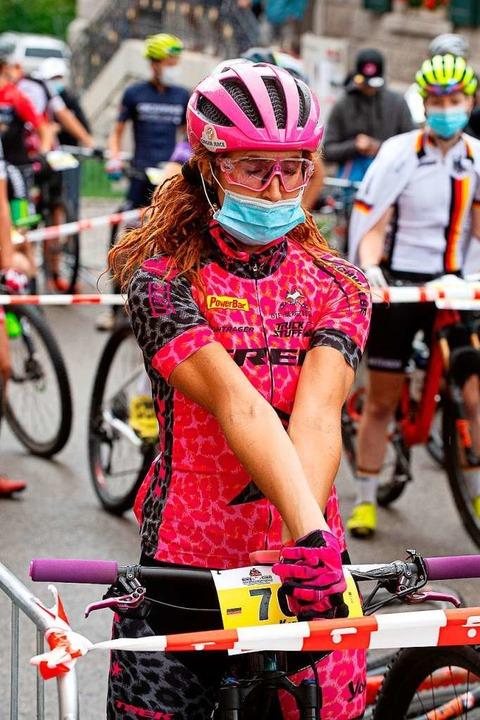 Mit Maske zum Start: Der Mund-Nasen-Sc...vor der ersten Pedalumdrehung Pflicht.    Foto: Wolfgang Scheu