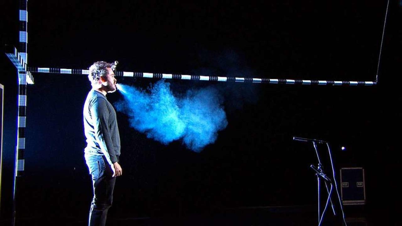 So verteilt sich Atemluft beim Singen:...eitung von Aerosolen sichtbar gemacht.  | Foto: picture alliance/-/Bayerischer Rundfunk/dpa