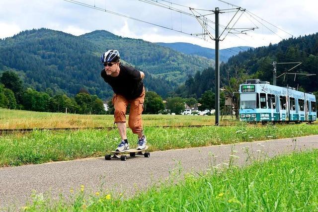 In Freiburg kann man die Straßenbahn als Longboard-Lift nutzen
