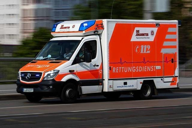 81-jähriger Autofahrer kommt bei Zell auf die Gegenfahrbahn und stößt frontal mit Gegenverkehr zusammen