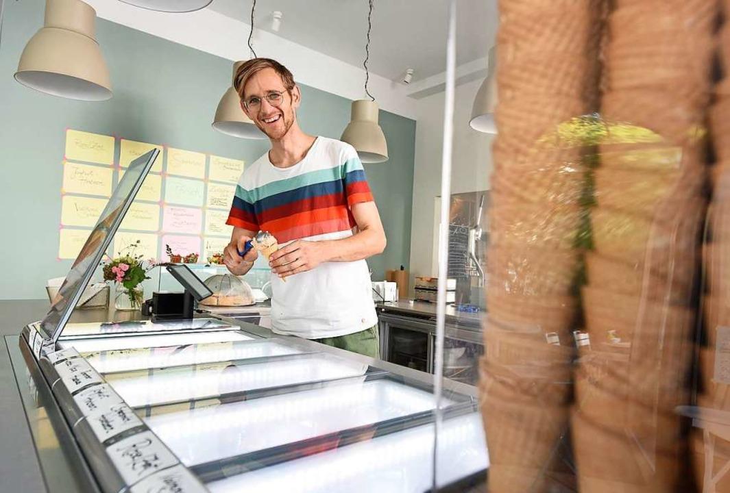 Johannes Dilger hat seine Eisdiele mit Café im Juli eröffnet.   | Foto: Rita Eggstein
