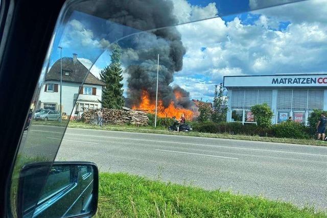 Ein Palettenlager in Altdorf stand in Flammen – keine Verletzten