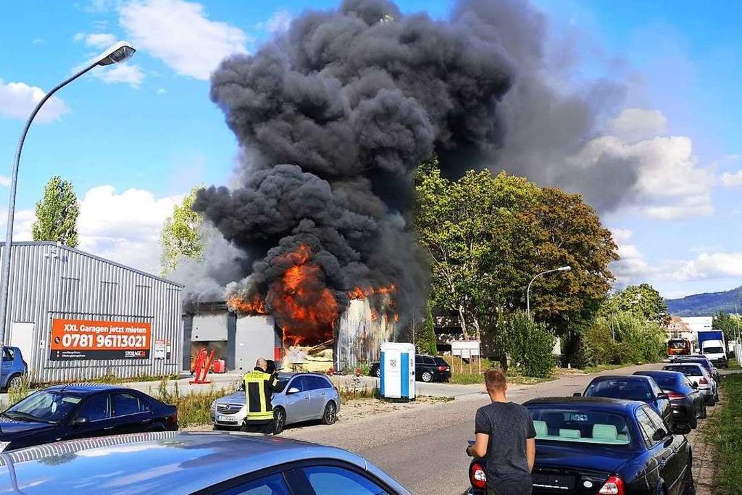 Bevor die Feuerwehr eintraf, stand die Wellblechgarage voll in Brand.  | Foto: Ralf Burgmaier, Markus Schwendemann